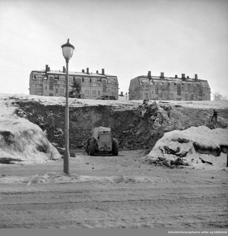 """Garasjeanlegget i General Birchs gt. """"(Idioten)""""..Gravearbeid i gang til garasjeanlegg. Februar 1961"""