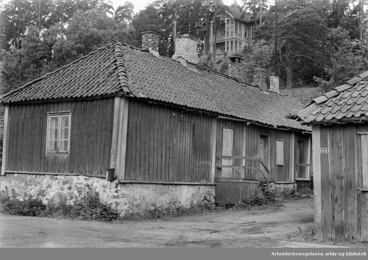 Drammensveien 229. Arbeiderboliger gjøres om til ungdomssenter for Bestum Vel. Tverrleiken og Firkanten skal restaureres. Juni 1965.