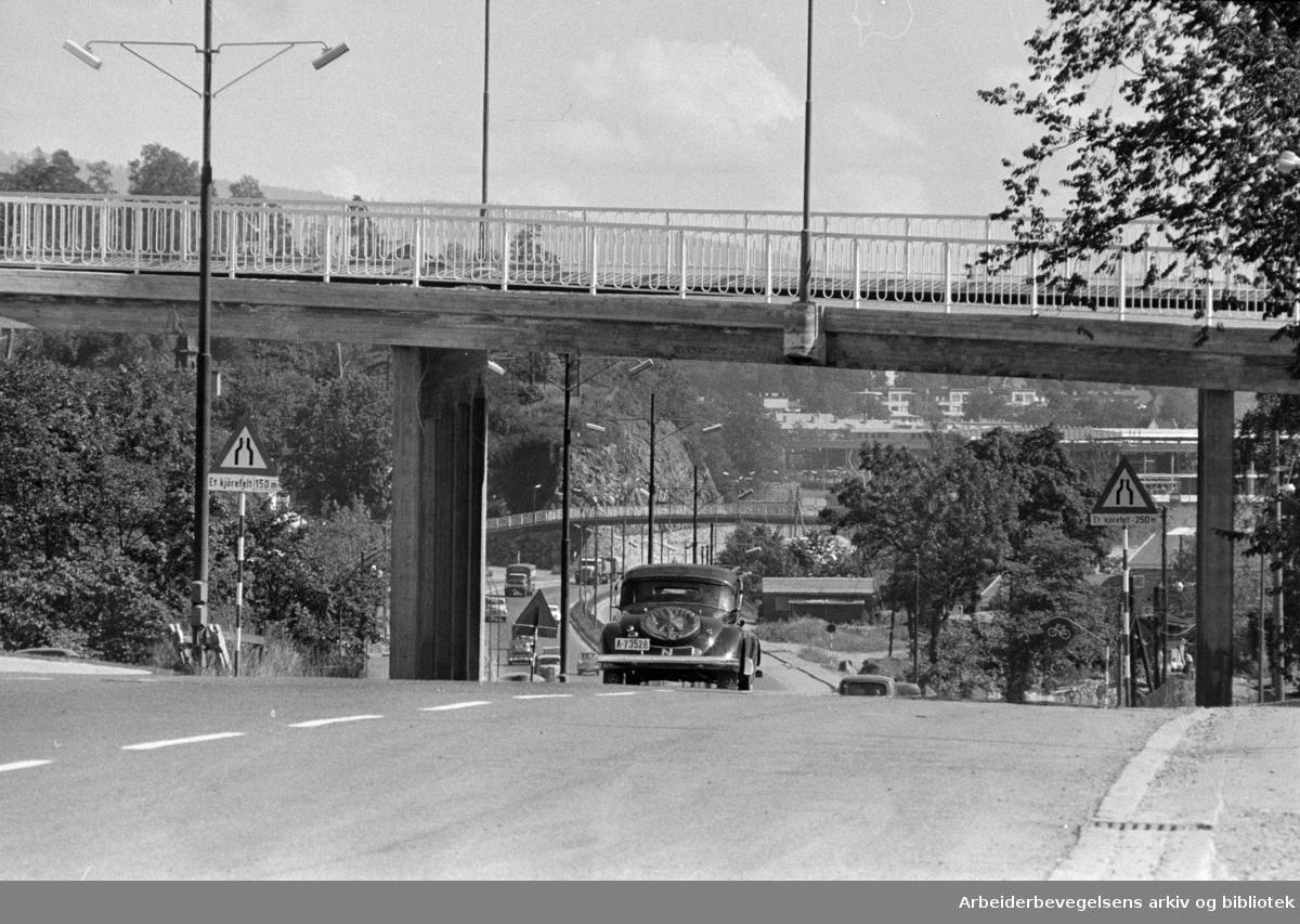 Drammensveien. (Trafikk). Planfritt kryss ved Vækerøveien. August 1961