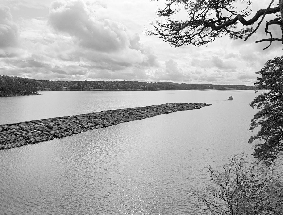 «Mette Meng», en av tømmerslepebåtene til Haldenvassdragets Fellesfløtningsforening, antakelig fotografert fra et berg på østsida av Øymarksjøen sør for Ørje sluser høsten 1982.  Dette var den siste sesongen det ble fløtet tømmer på Haldenvassdraget.  Størstedelen av tømmeret ble utislått buntevis fra lastebiler ved Skulerud i Høland og buksert i store slep over de store innsjøene, men oppdelt i mindre lenker når de skulle passere de tre sluseanleggene i vassdraget og noen litt trange elveløp.  Men på de store innsjøene ble tømmerbuntene – «mosene» –  altså bundet sammen i store rektangulære slep og trukket av slepebåter ved hjelp av en langsgående vaier – «revevaieren» - med en såkalt «revefot» i den bakre enden, slik at slepet fikk et slags skyv fra akterenden.  Stanga bakenfor styrhuset ble brukt under utlegging av den lange, langsgående vaieren.  Slepevaieren ble festet i den fremre delen av revevaieren.  Avstanden mellom fartøyet og slepet var forholdsvis lang, slik at man unngikk at «popellvannet» presset fløtingsvirket bakover.   Haldenvassdragets Fellesfløtningsforening kjøpte slepebåten Mette Meng i 1947.  Fartøyet var på det tidspunktet 25 år gammelt.  Mette Meng var nemlig bygd ved Glommens mek. Verksted i 1922.  Skroget var 14,2 meter langt, 3,5 meter bredt og det indre volumet ble oppgitt til 19 registertonn (53,8 kubikkmeter).  Fartøyet hadde opprinnelig dampmaskin, men det ble i begynnelsen av 1960-åra ombygd til dieseldrift, noe som muliggjorde en viss nedbemanning.  Etter ombygginga var det kjøleskap og propanapparat for matlaging samt spiseplass i den bakre delen av styrhuset.  Under dekk var det, i tillegg til motorrom, to tomannslugarer.  M/S Mette Meng ble etter avviklinga av tømmerfløtinga i 1982 solgt til John Floeng, Reni Braarud og Preben Poulsen på Ørje.  Haldenvassdragets Fellesfløtningsforening valgte å gi båten navn etter ei framtredende kvinne fra Haldens gamle trelasthandleraristokrati.  Personen Mette Meng (død 1696) var datter av kjø