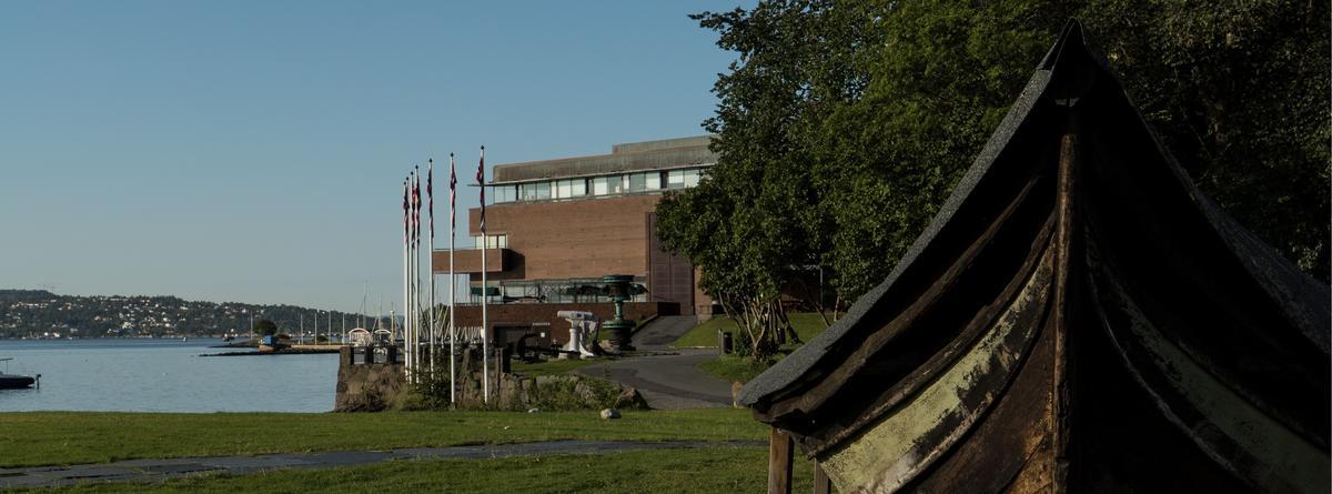 Uteområdet, museumsbygningen i bakgrunnen, et fartøy i forgrunnen. (Foto/Photo)