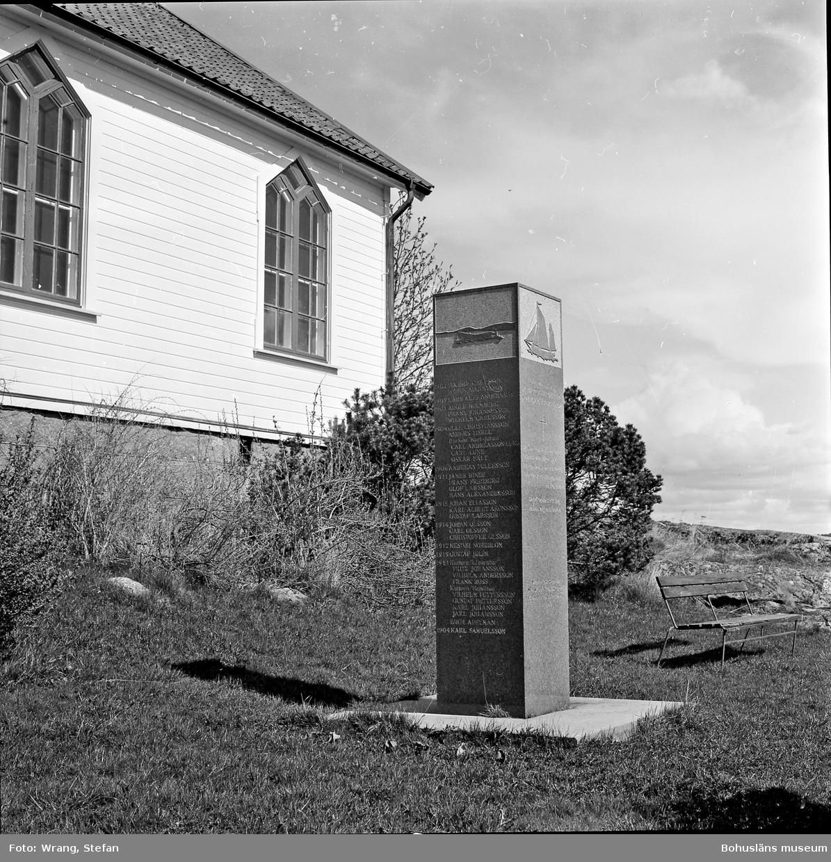 """Text till bilden: """"Hamburgsunds kapell. Minnessten söder om kapellet. 1957""""."""