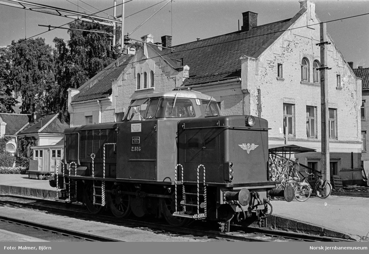 Skiftelokomotiv type Di 2 nr. 816 på Hamar stasjon.