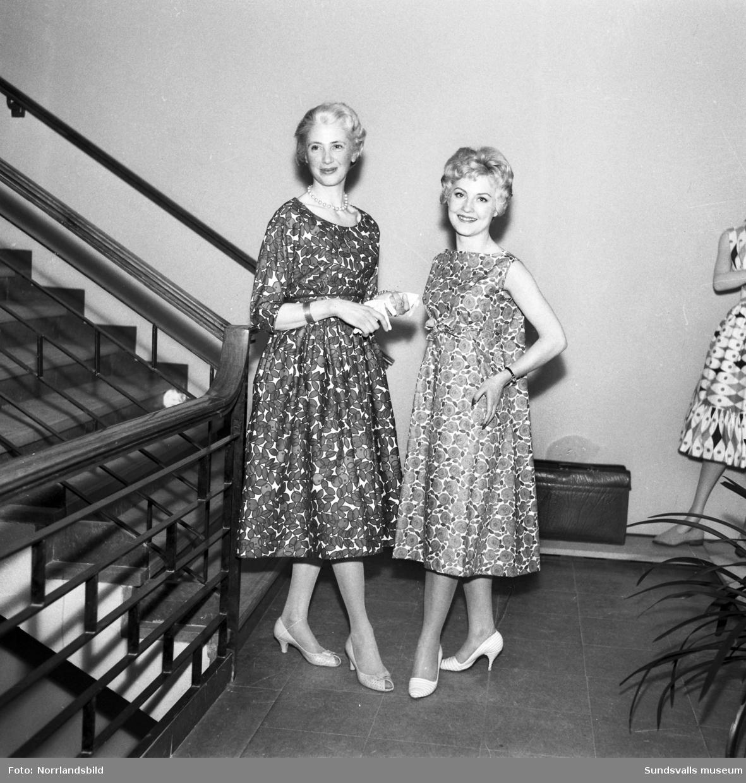 Varuhuset Dahlmans modevisning, två kvinnor med blommiga klänningar.