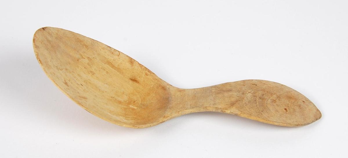 Skje av tre. Eggformet skjeblad. Tilnærmet ovalformet skaft.