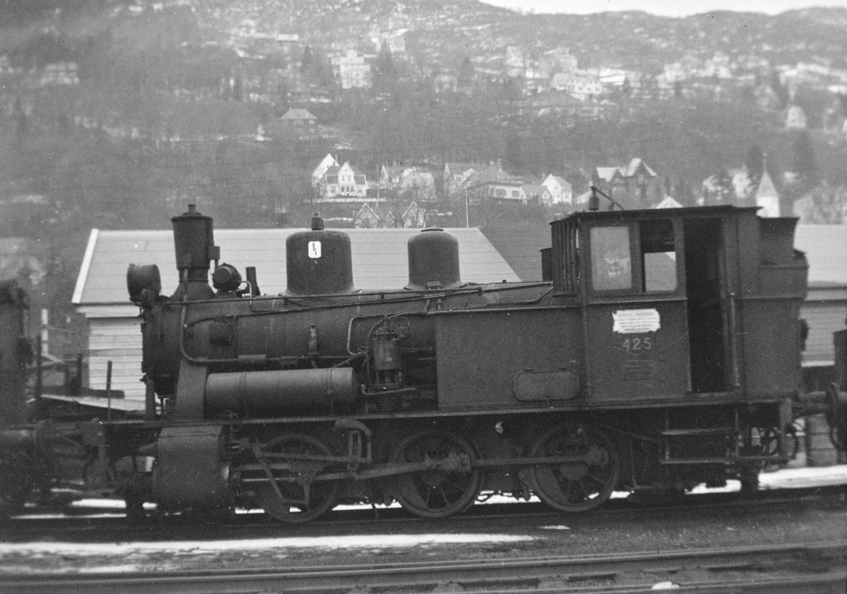 Damplokomotiv type 25d nr. 425  på Bergen stasjon