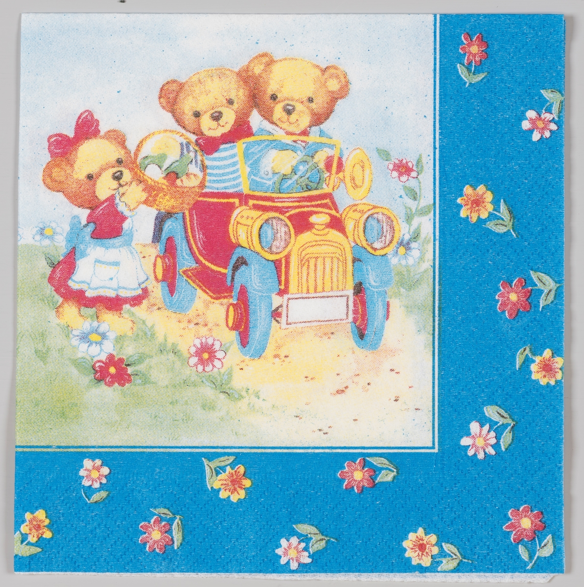 To teddybjørner sitter i en veteranbil, mens en jente teddybjørn gir dem en piknik kurv