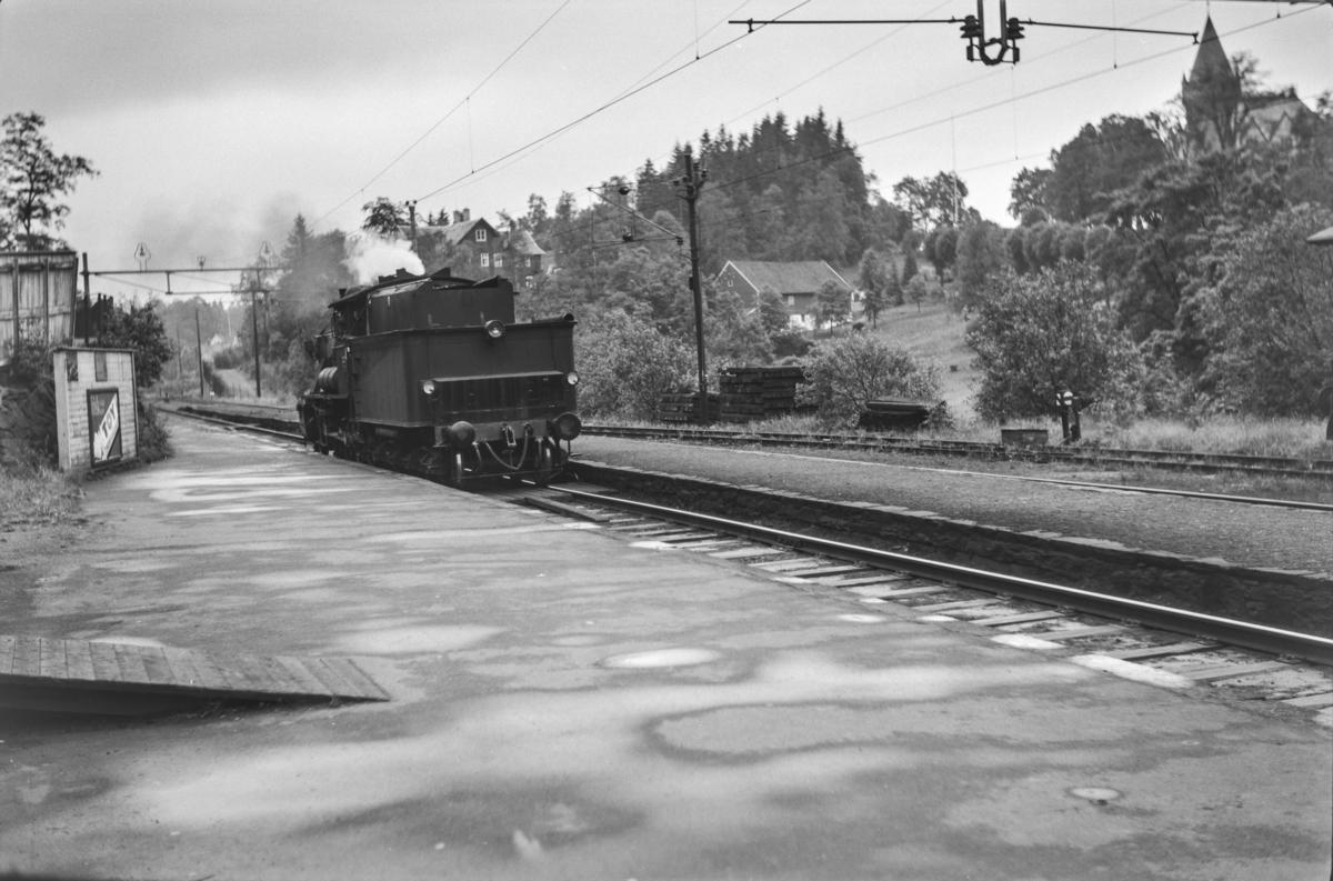 Damplokomotiv type 24b nr. 222 kjører inn på Fjøsanger stasjon.