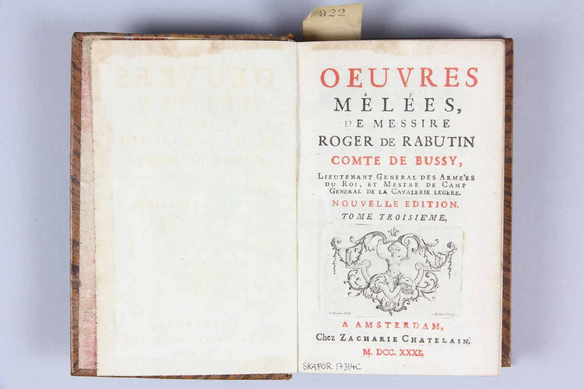 """Bok, helfranskt band """"Oeuvres mêlées de messire Roger de Rabutin comte de Bussy"""" del 3, tryckt i Amsterdam 1731. Skinnband med blindpressad och guldornerad rygg i fem  upphöjda bind, blindpressade nötta fält med titel, volymens nummer och ägarens initialer J.G.S  samt påklistrad pappersetikett med samlingsnummer. Rödstänkt snitt och marmorerat papper på pärmarnas insida."""