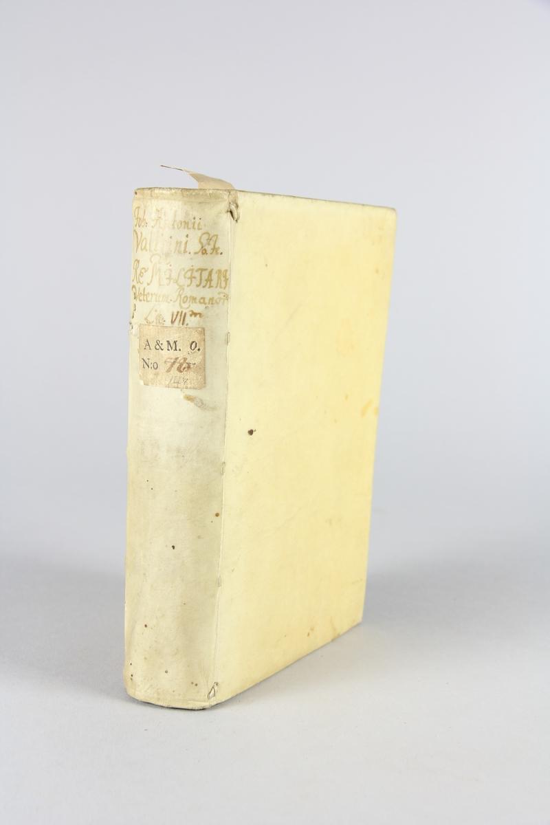 "Bolk, pergamentband, ""De re militari veterum romanorum libri septem"". Band av pergament, skuret snitt. Påskrift på ryggen samt klistrad etikett med samlingsnummer."