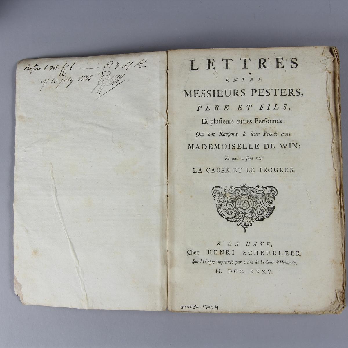 """Bok, häftad, """"Lettres entre messieurs Pesters, père et fils"""". Pärm av marmorerat papper, oskuret snitt. Anteckning om inköp."""