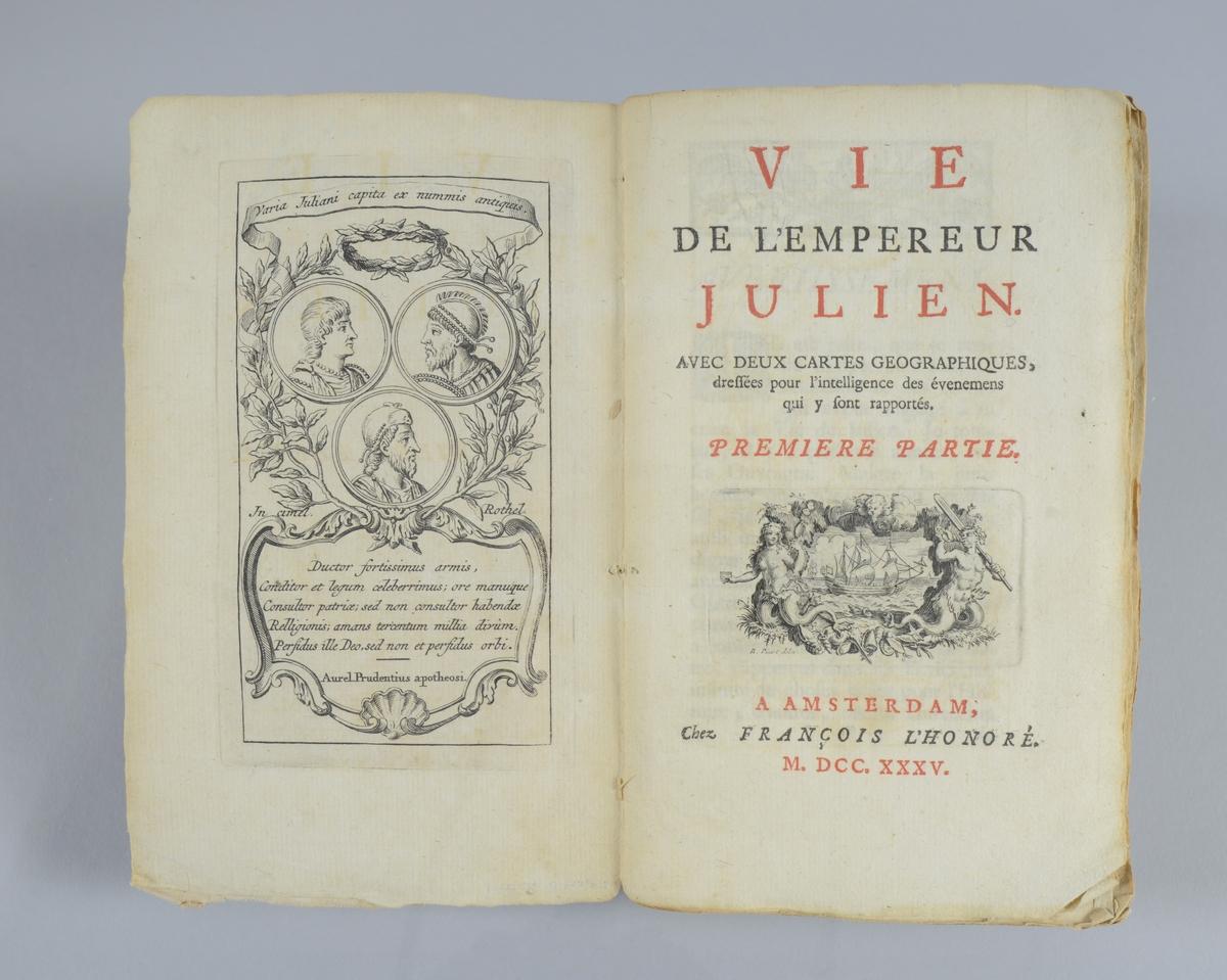 """Bok, pappband, """"Vie de l émpereur Julien"""", tryckt 1735 i Amsterdam. Del 1och 2 i samma band. Marmorerade pärmar, blekt rygg med etikett med volymens nummer. Oskuret snitt. Med utvikbara kartor. Anteckning om inköp på pärmens insida."""