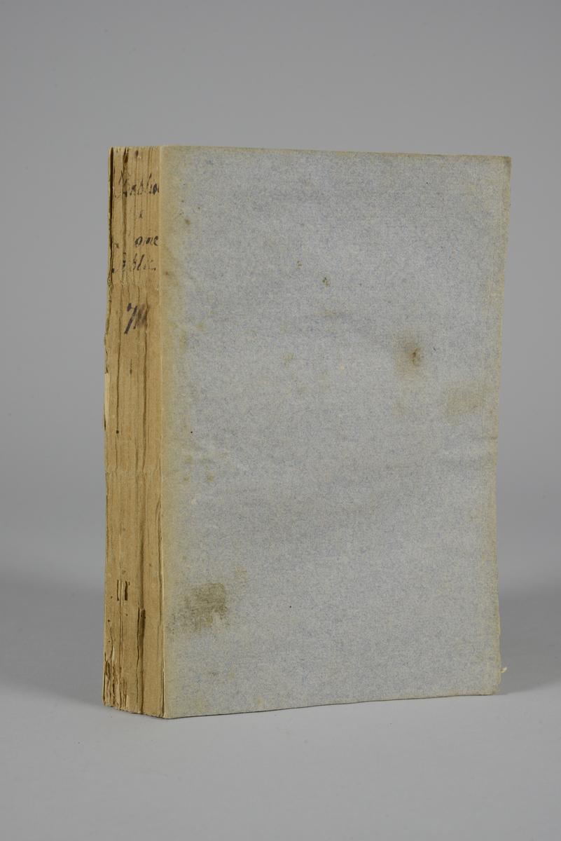 Bok, pappband: Biblioteque de l´homme public ou analyse raisonnée, del sju,  författad av de Condorcet och le Chapellier, utgiven 1790 i Paris. På ryggen närmast utplånad text.  Pärmen klädd med gråblått papper. Skurna snitt. På pärmens insida klistrad text ur annan bok.