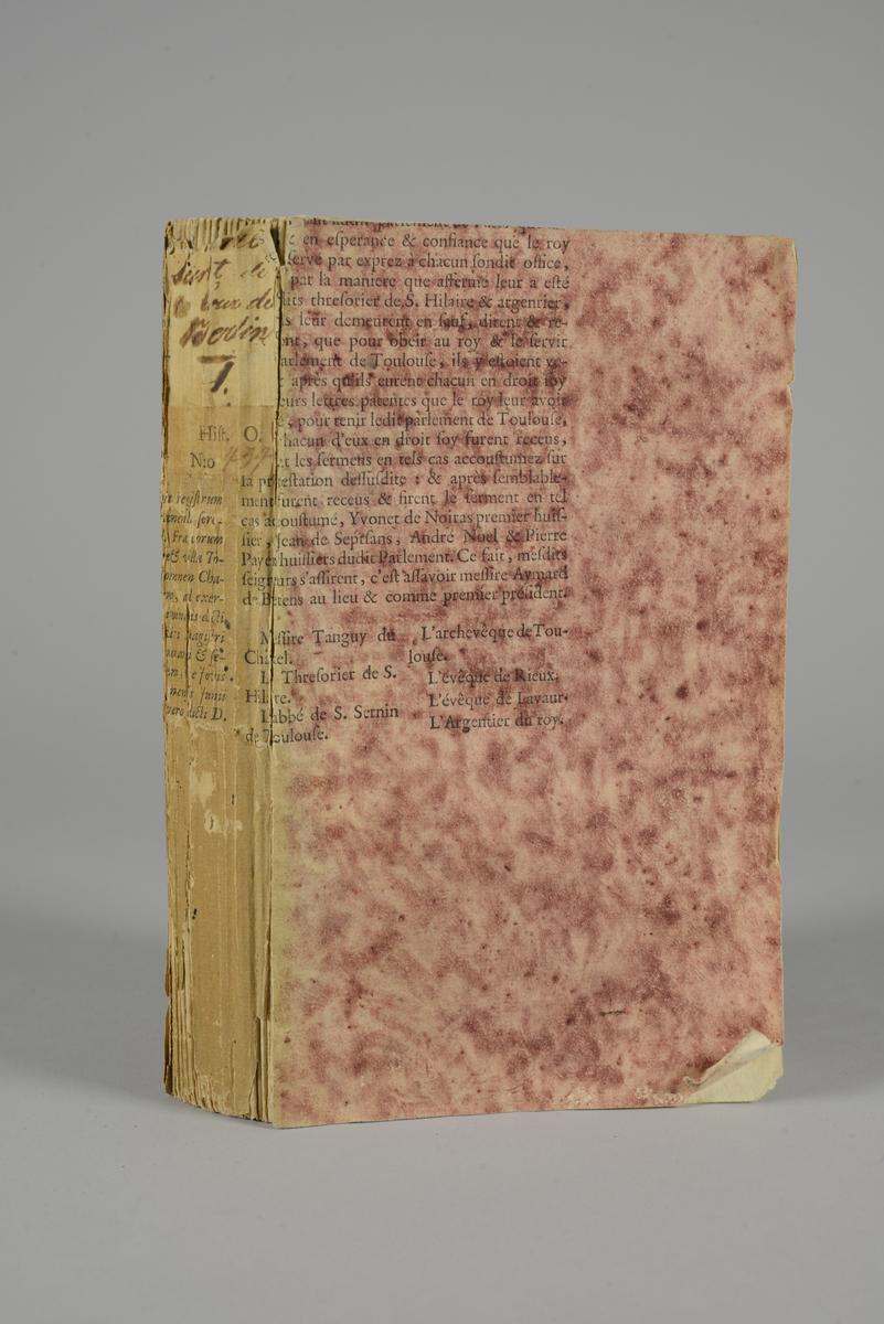 """Bok, häftad, """"Histoire secrete de la cour de Berlin"""", del 1, utgiven 1789. Pärmen klädd med tryckt sida ur annan volym, marmorerad i rött. Även pärmens insidor med klistade sidor ur en annan bok. Med skurna snitt. På ryggen tryckt etikett med nummer samt påskrift."""
