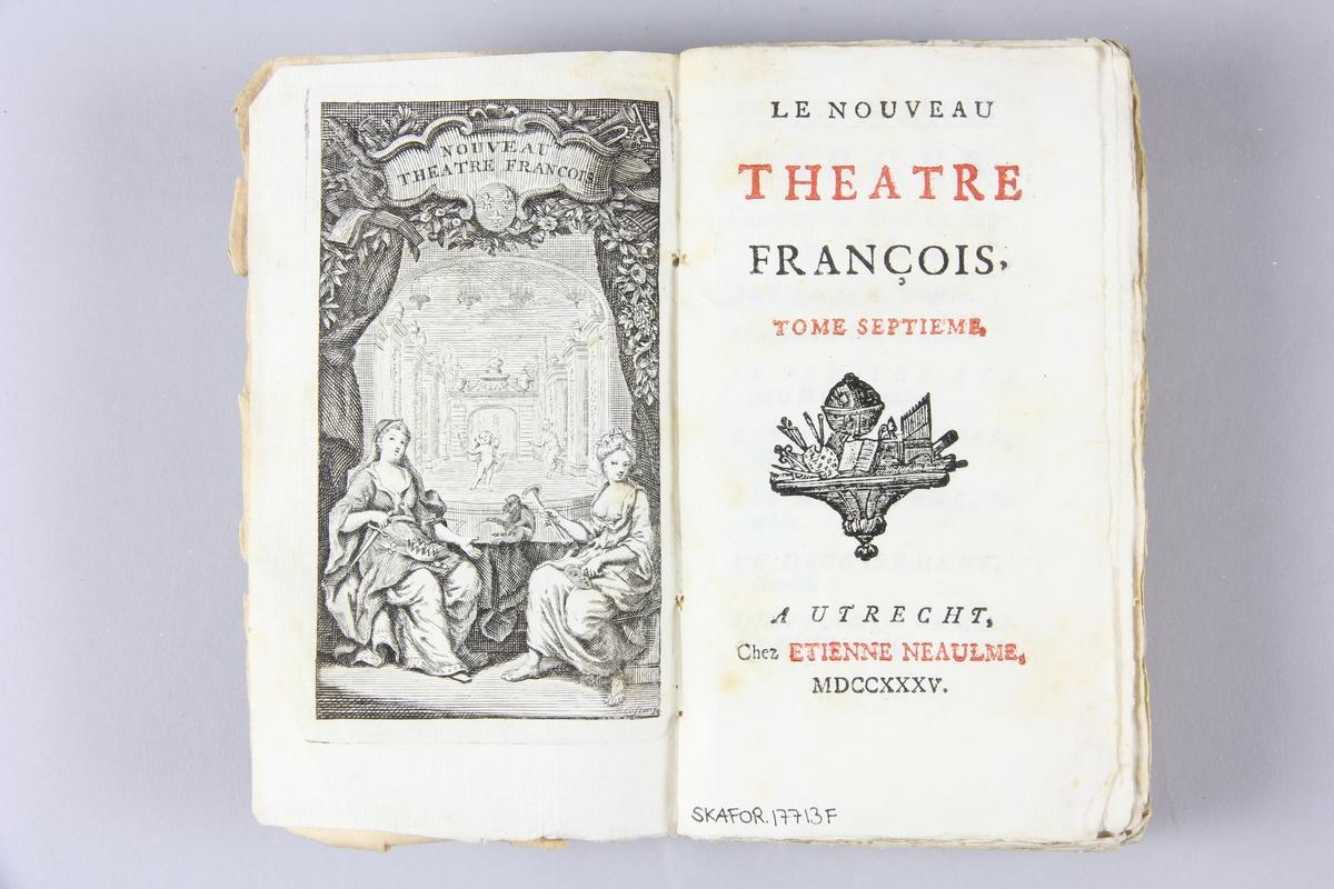 """Bok, häftad, """"Le nouveau theatre françois"""", del 7, tryckt i Utrecht 1735. Pärmen av marmorerat papper, oskurna snitt. På ryggen klistrade pappersetiketter med volymens namn och samlingsnummer. Ryggen blekt."""