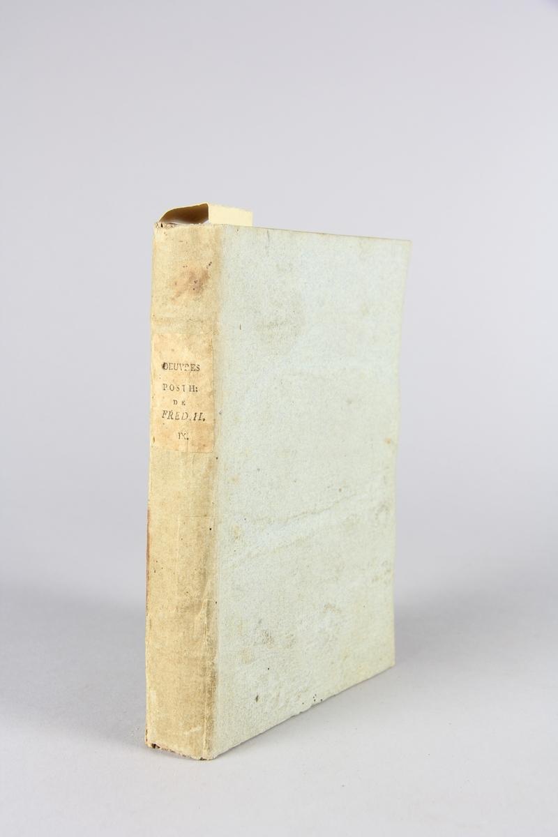 """Bok, häftad, """"Oeuvres posthumes de Frederic II, roi de Prusse"""", del 9. Pärmar av grågrön papp, skuret snitt. Samlingsnummer samt etikett med titel."""