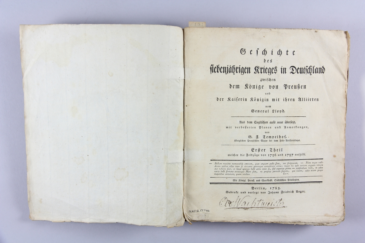 """Bok, häftad, """"Geschichte des siebenjährigen Krieges in Deutschland"""" del 1. Pärmar av grått papper, blekt och skadad rygg. Namnteckning på försättsbladet.  Utvikbar karta."""