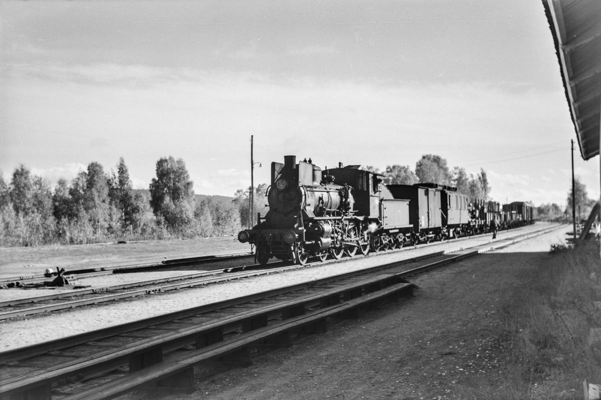 Godstog på Flisa stasjon. Toget trekkes av damplokomotiv type 27a nr. 234.