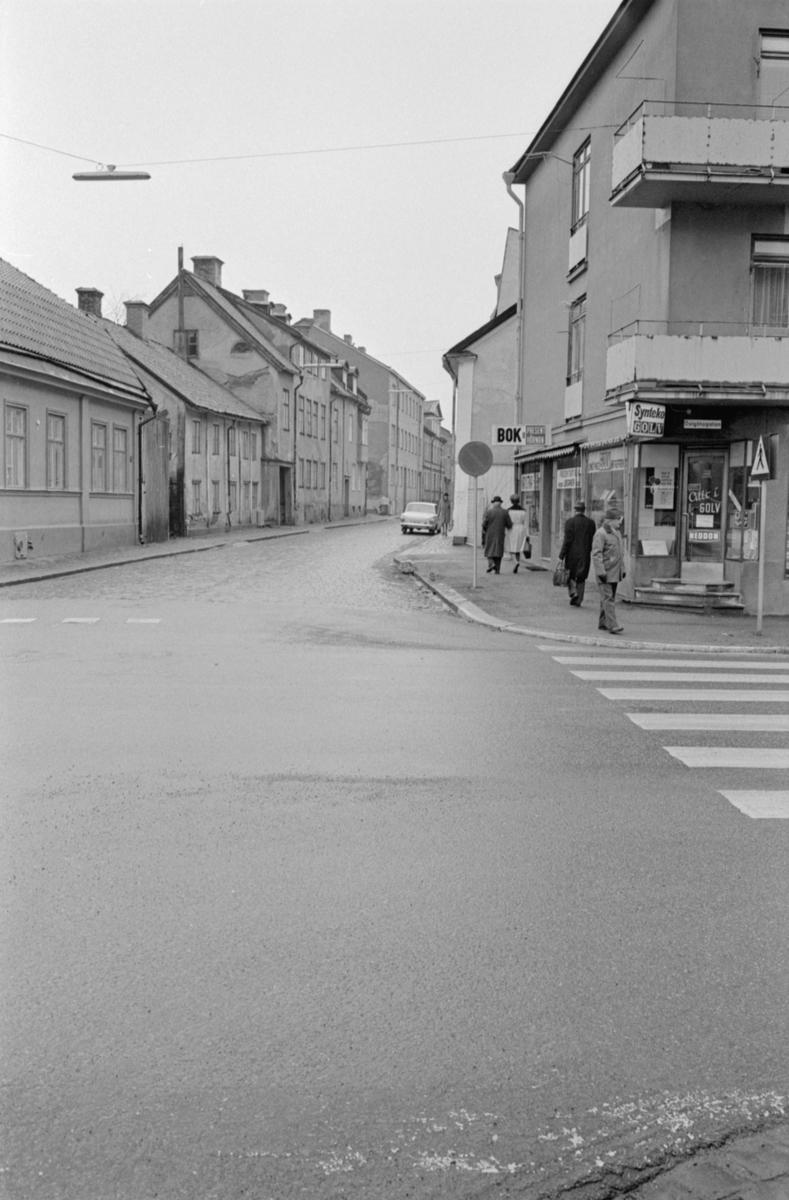 Parti av Hunnebergsgatan i Linköping. Vy mot väster från gatans korsning med Östgötagatan.