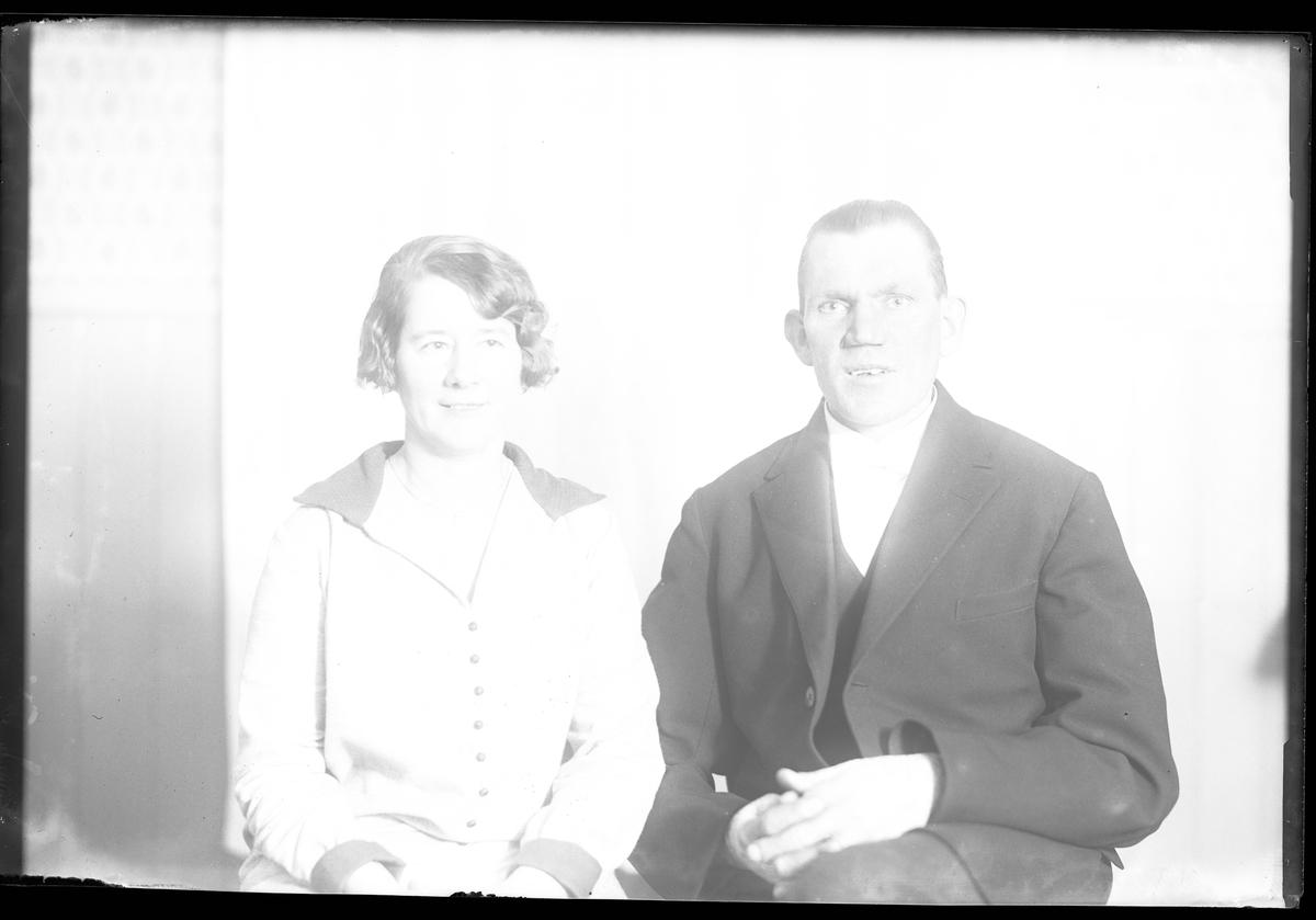 """En kvinna och en man sitter bredvid varandra. I fotografens egna anteckningar står det """"Brudparet Eliasson"""". Tolkat som Agda Ottilia Sundberg och Sven Gustaf Emil Eliasson vigda 17/11 1928."""