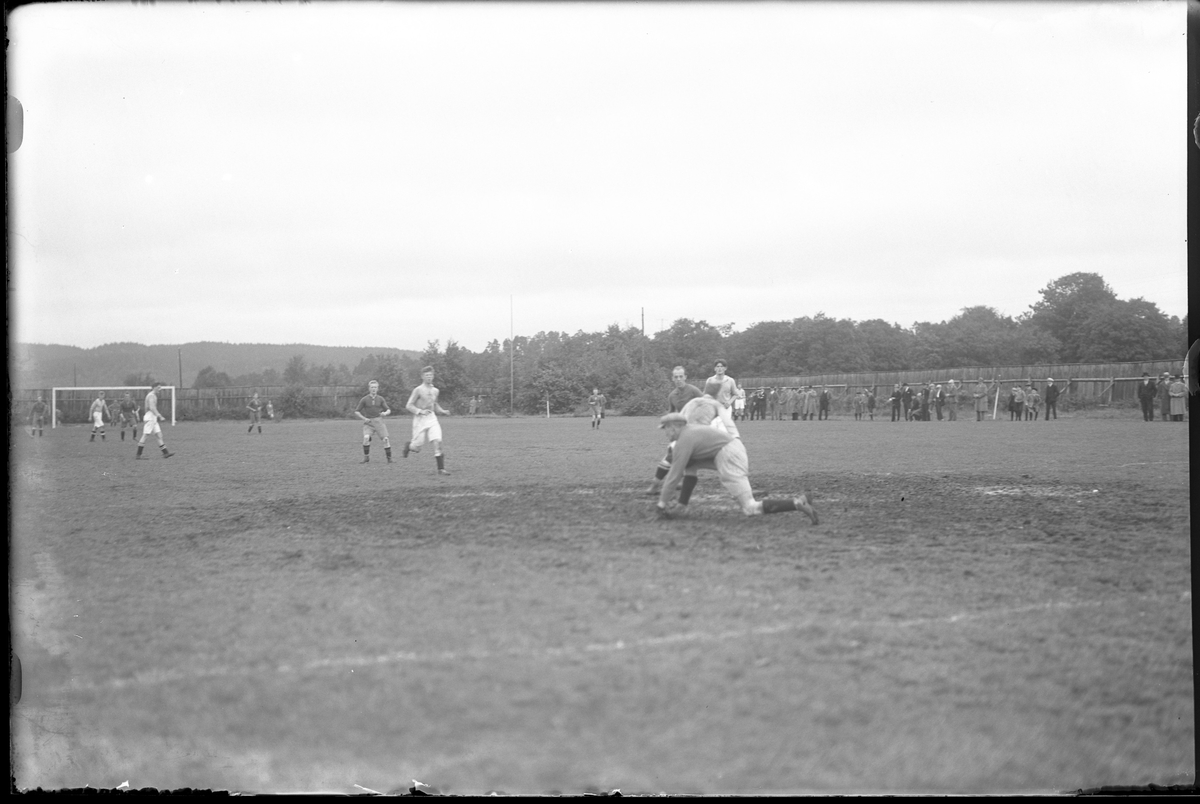 Situationsbild från en fotbollsmatch. I bakgrunden syns åskådare.