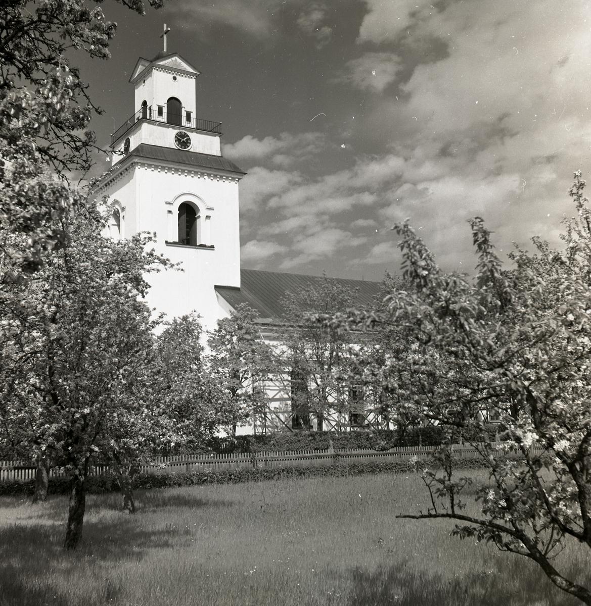 Forsa kyrka fotograferad från sidan.