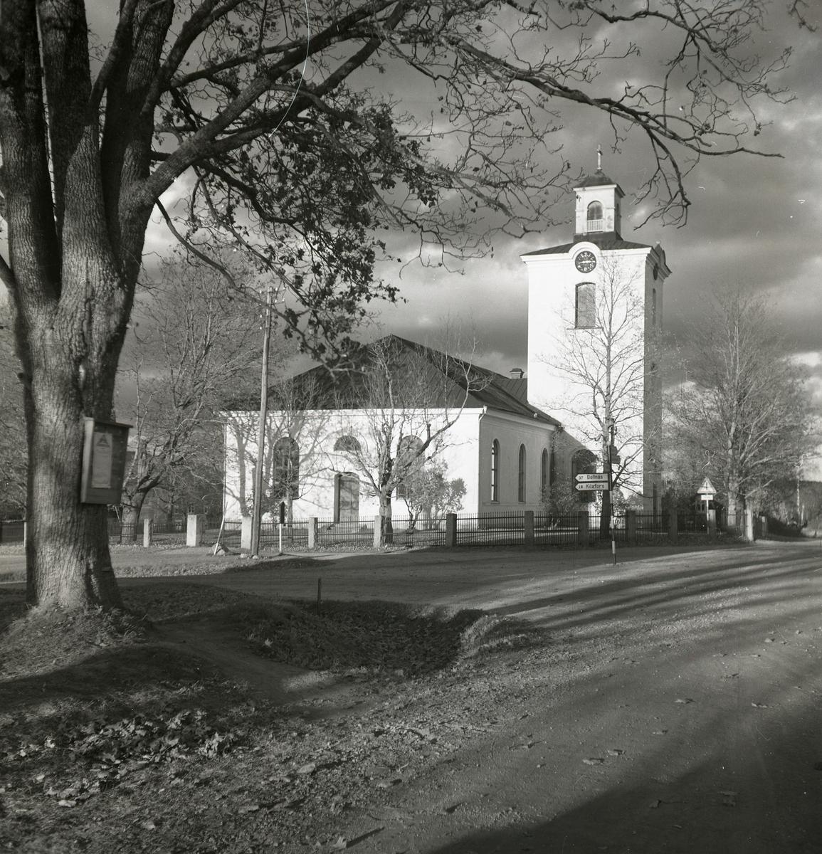 Skogs kyrka intill en vägkorsning.
