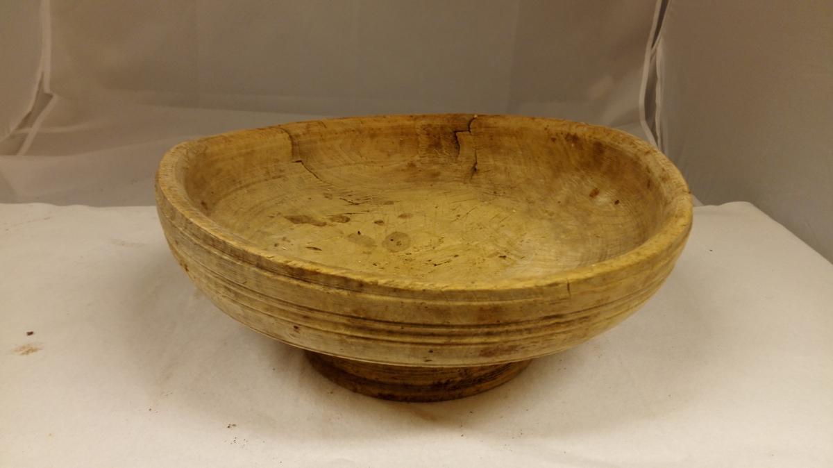 """1 ramostfat  Svarvet ramostfat, noget skålformet. Utvendig profilert. Har 5 cm höi og 15,5 cm diameters stett svarvet i samme stykket. Older. Diameter ca 31 cm.  Foranstående saker (fra 14144) stammer fra Ole Sterri (""""Stampen"""") Hafslo. Kjöpt i dödsboet av sönnen Jens O. Sterri, Hafslo."""
