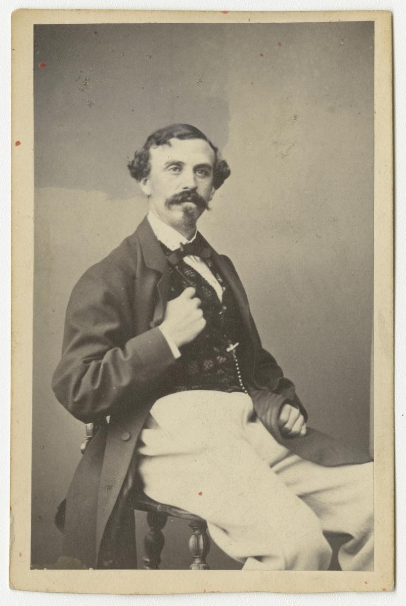 """Porträtt av Gustaf Charles Emil Ossian Lindberg (""""Glada laxen""""), officer vid Västgöta regemente I 6. Se även bild AMA.0007823."""
