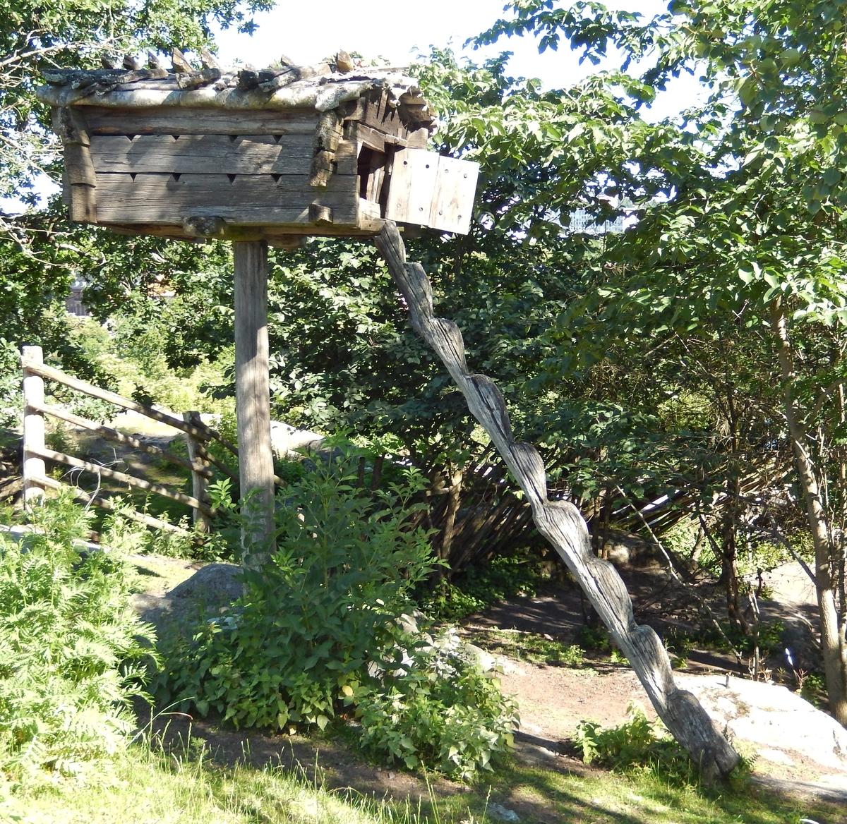 Njallan i Saemien sïjte är en enstolpig timrad bod med sadeltak, näver som tätskikt samt takved. Njallorna fanns vid samernas höst-  och vårvisten samt utmed flyttvägarna. De användes för förvaring av exempelvis torkat renkött och fisk för kommande års behov. Boden är placerad på en hög stolpe för att hindra rovdjur från att ta sig in.  Njallan uppfördes i början av 1980-talet och är en kopia av den ursprungliga njallan som sattes upp på Skansen 1891. Originalet kommer från det område som idag ingår i Baste sameby, Lule lappmark i Gällivare socken, och finns på Nordiska museet.