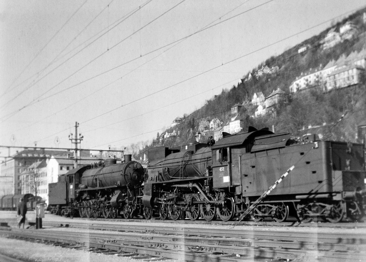 Damplokomotiv type 31b nr. 451 på Bergen stasjon. Bak et damplokomotiv type 31a.