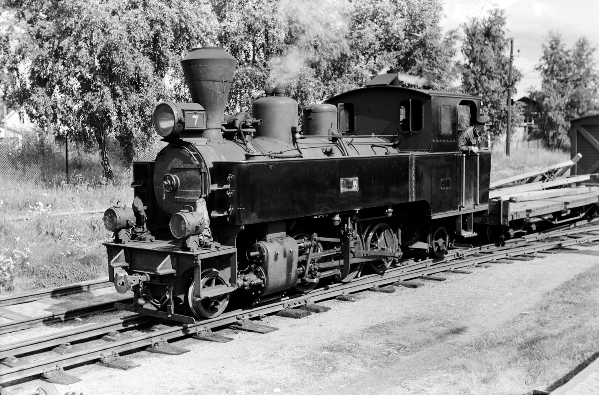 Damplokomotiv type XXIXb nr. 7 Prydz med oppsamlingstog etter Aurskog-Hølandbanens nedleggelse, her på Sørumsand stasjon.