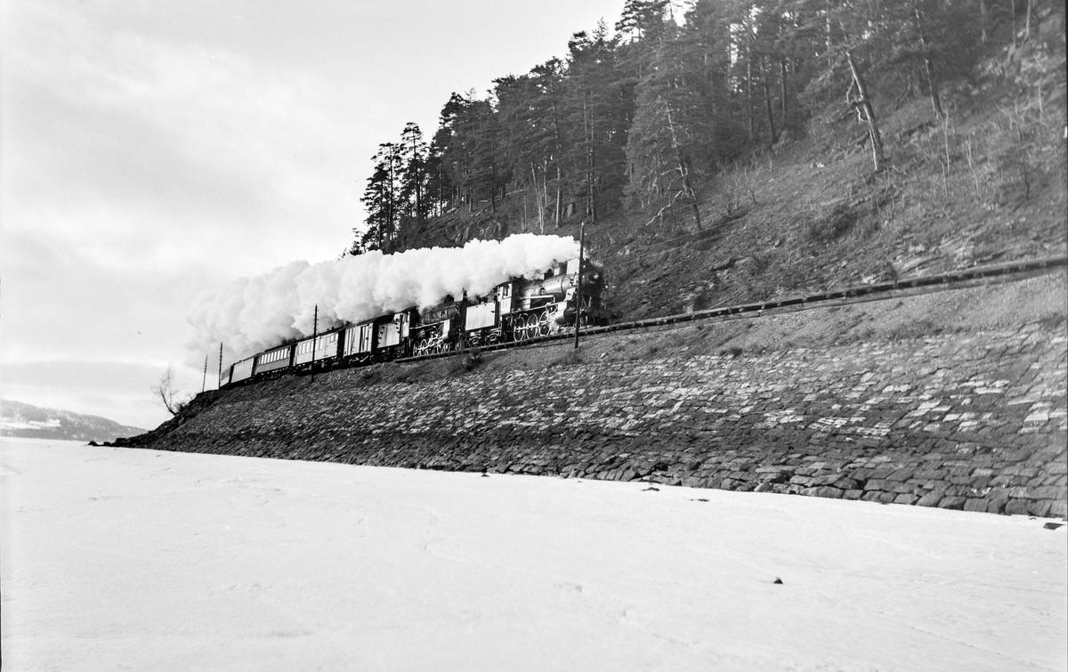 Ekstra påsketog fra Dovrebanen, tog 7326, ved Furuberget mellom Jessnes og Hamar. Toget trekkes av damplokomotiv type 30b nr. 353 og 31b nr. 401.