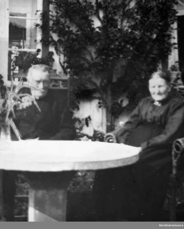 Anders R. Heggset og kona Mali K. Nordvik Heggset. Surnadal. De ble gift 1889 og fikk 9 barn.  Stor-Heggset'en var «eit makalaust menneske til å sjå alt frå den lysaste sida» skrev Hans Hyldbakk i nekrologen. Anders Heggset (1863-1954) var storbonde i Surnadal. Han fikk skjøte på garden bare fire år gammel, da både far og stefar var døde. Han blir skildra som optimist og en foregangsmann med glimt i øyet. Han var raus og romslig i et samfunn med stor klasseforskjell. Han stressa ikke, men tok været og hendelsene som de kom, uten ergrelse – også når det striregna på tørrhøyet som lå ute.  Og han hjalp gjerne andre med for, selv når han egentlig trengte det til egne dyr. Felles skjebne, mente han. Han klaga aldri. Anders kjøpte den første sjølbinderen i Surnadal i 1909. Den kunne både høste og bunte hveten i samme operasjon. Den første traktoren i kommunen kjøpte han i 1922.  De første ble kalt motorploger, og traktorer ble egentlig ikke et vanlig syn før på 1950-tallet.  Han satte i gang igjen et teglsteinsbrenneri og bygde sagbruk med kassefabrikk. Fortjenesten var liten, men det ga arbeid og levebrød til mange. Ingebrigt A Grimsmo nevner at han i 1890 solgte fiskekasser for tusen kroner, til klippfiskeksportør N. H. Knudtzon III; dette er godt over 60.000 kr. i dagens pengeverdi. Dette må ha vært anselige mengder, og var altså bare fra én eller noen få lokale produsenter (av riktig mange) i Surnadal. Aktiviteten blant bygdesnekkerne var altså meget stor. L. Løseth i Rindal var «plankeannammar» for Knudtzon, og leide folk til å fløte planken ned elva Surna. Planken ble skåret på de mange saktegående oppgangssagene som fantes i mange bekker eller med handsag. Innovasjonen sirkelsag kom i 1870-åra. Den nye teknologien medførte rovhogst på ungskogen, siden man nå også kunne sage trevirke av dårligere kvalitet. Anders var blant de første i bygda som fikk lagt inn elektrisk lys.  .  Anders R. Heggset og kona Mali K. Nordvik Heggset. Surnadal. De ble gift 1889 og fikk 9 b