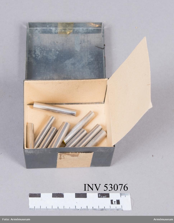 Grupp E V, F III, G III. Plåtask för sprängpatron m/1946 och övningspatron m/1946. Innehåller 10 sprängpatroner.