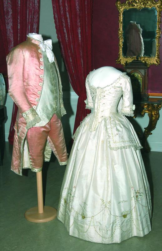 """""""Brudekjole og brudgomsantrekk"""" (1785), Danmark"""