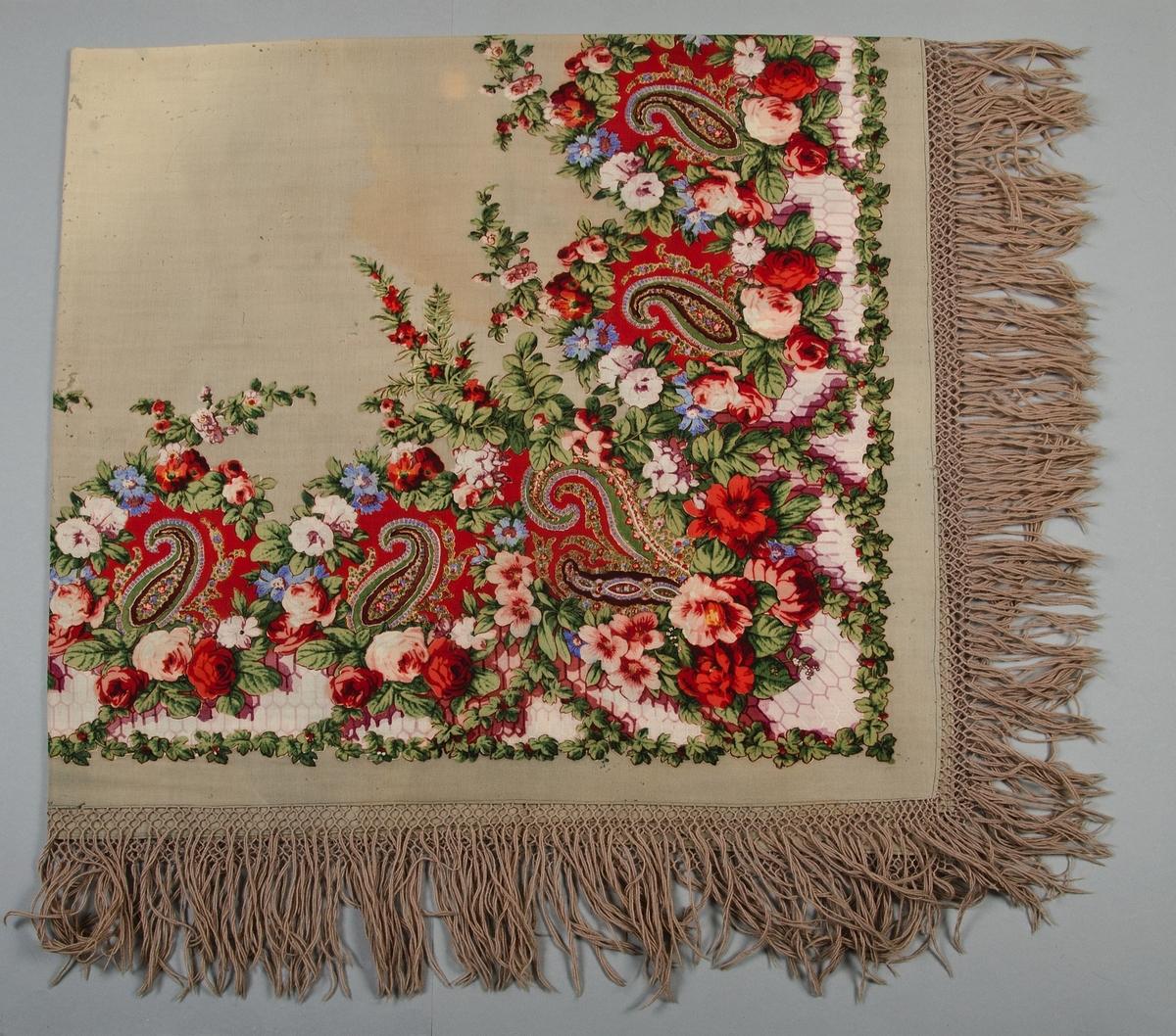 Schal av tunt ylle med tryckt mönster, ljusgrå botten med mönster i rött, grönt, blått, vitt och violett. Iknuten gallerfrans i gråbeige ullgarn, längd 16 cm.