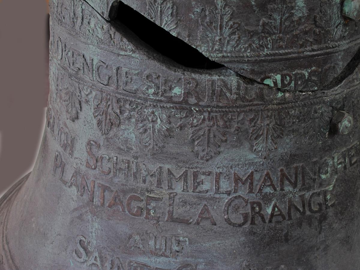 Støpt klokke, laget som kopi etter originalen. Støpt i klokkebronse på klokkestøperi i Sverige. Innstøpt tekst på klokkens side.
