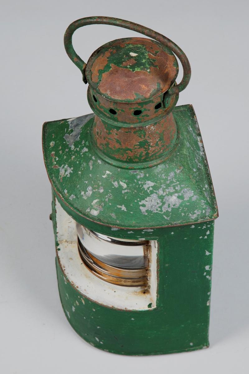 Styrbord sidelandterne i jern og glass. Tradisjonell. Brukt som navigeringslys for skip.  Tilstand: Bra.