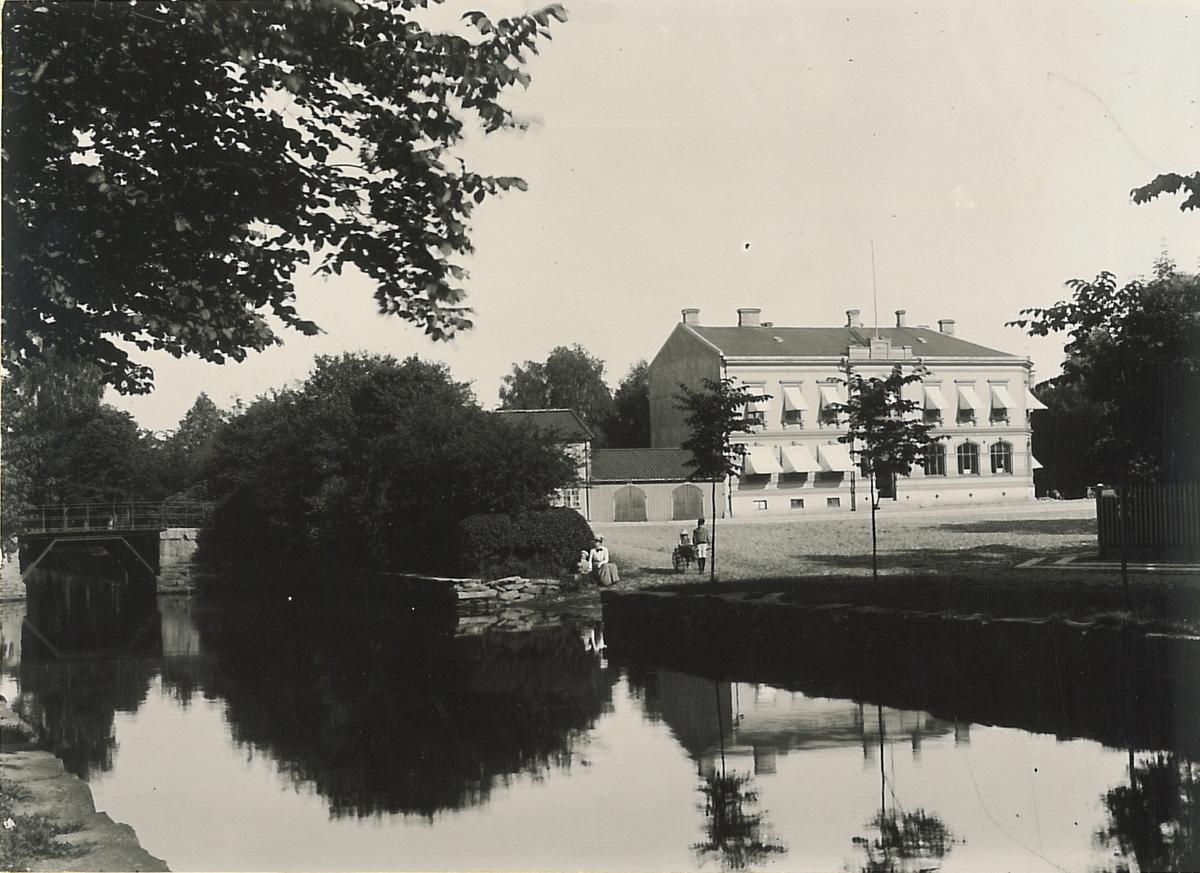 Lilla Torget, kv. Tygvävaren, med Sparbankens fastighet.