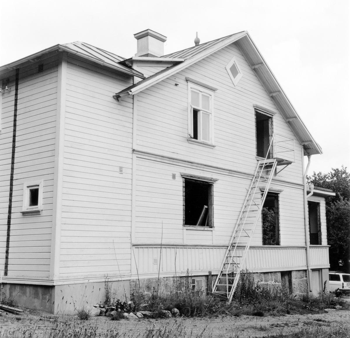 Sidogavel på barnhemmet vid Solstrandsvägen i Prästeryd. Alternativ utgång/nödutgång från andra våningen.  Till och ombyggt trähus i två våningar med liggande och stående fasadpanel. Rödmålat plåttak och gulmålad fasad.  Byggnaden revs i augusti 1978.