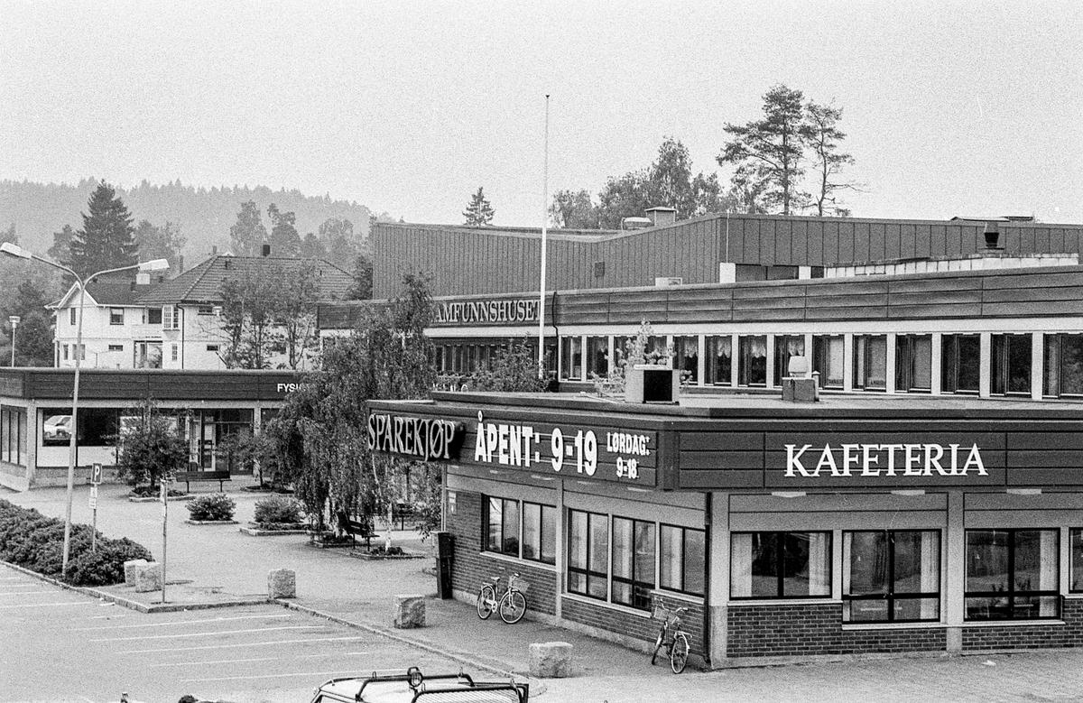 Samfunnshuset på Kolbotn. Anleggsgartner legger plen.