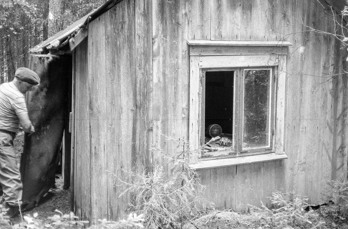 Hjemmfronthytta langt inne i Kjærstadskogen på Garder i Vestby bør bevares mener gårdbruker Ole Svae.