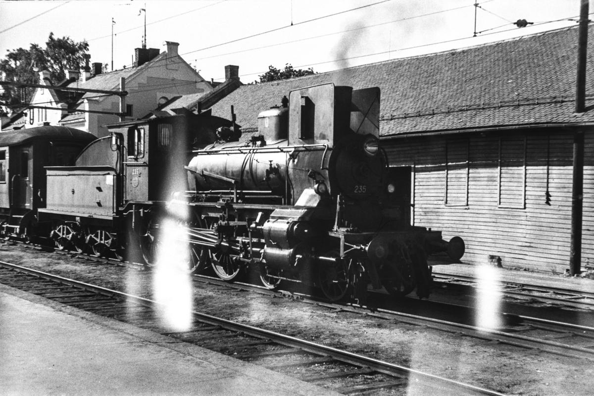 Damplokomotiv type 27a nr. 235 med persontog 373 til Rena på Hamar stasjon.