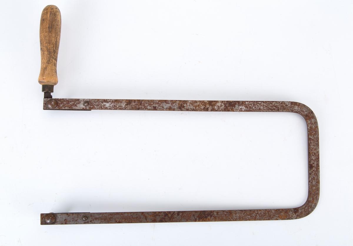 Løvsagbue med trehåndtak. Sagblad mangler.