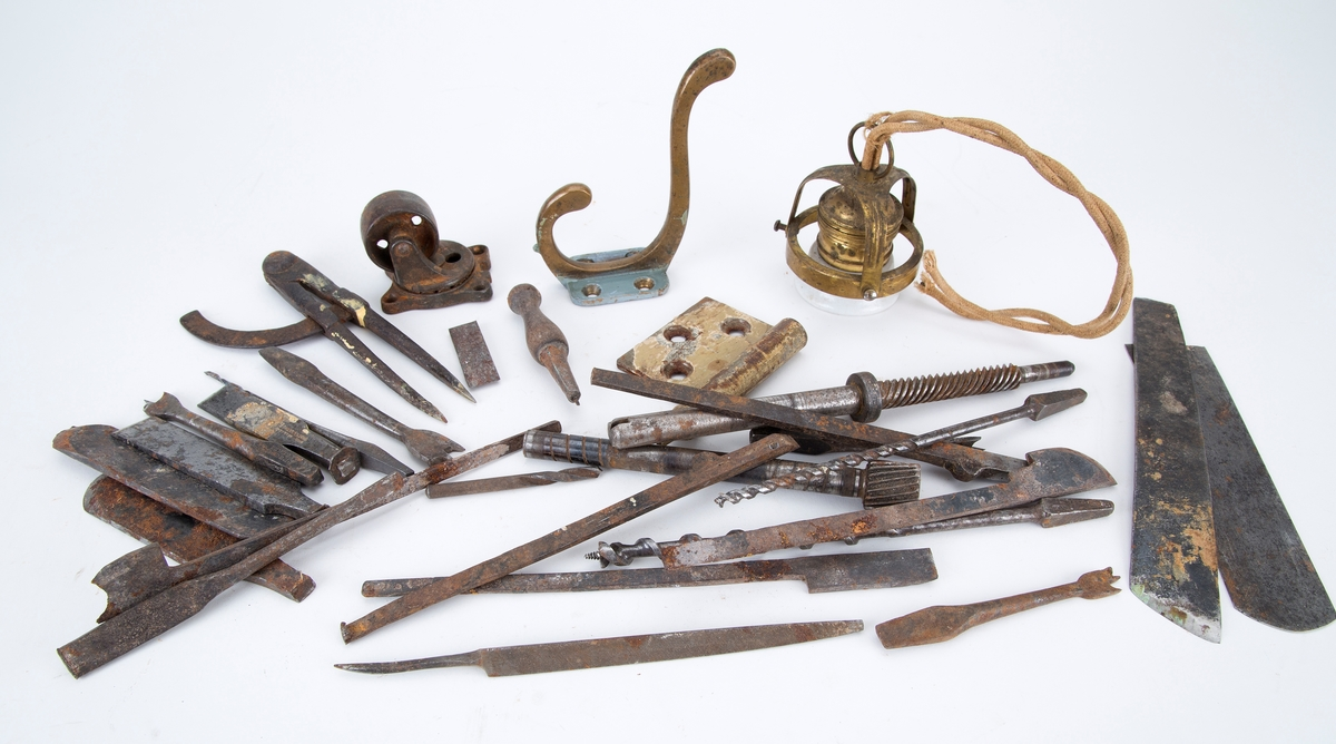 Kassen er en del av stor verktøykasse FHM.05820. Inneholder diverse verktøy, som bor, filer, høvler m.m.
