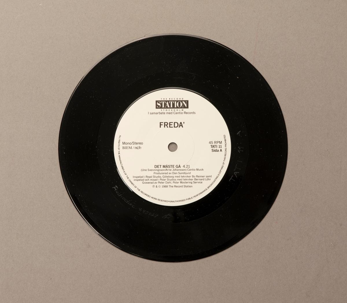 Singel-skiva av svart vinyl med vit pappersetikett, i omslag av papper. Framsidan av omslaget har ett färgfotografi av gruppen.  Innehåll Sida A: Det måste gå Sida B: Skrattet mitt i gråten  JM 55207:1, Skiva JM 55207:2, Omslag