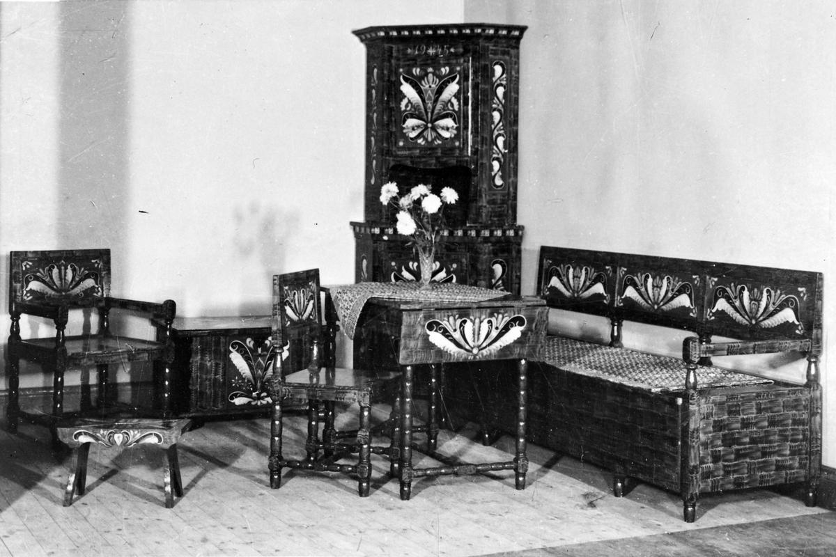 Produkter fra Bakken & Bollingmo, spesialfabrikasjon i dekorerte møbler, Haltdalen
