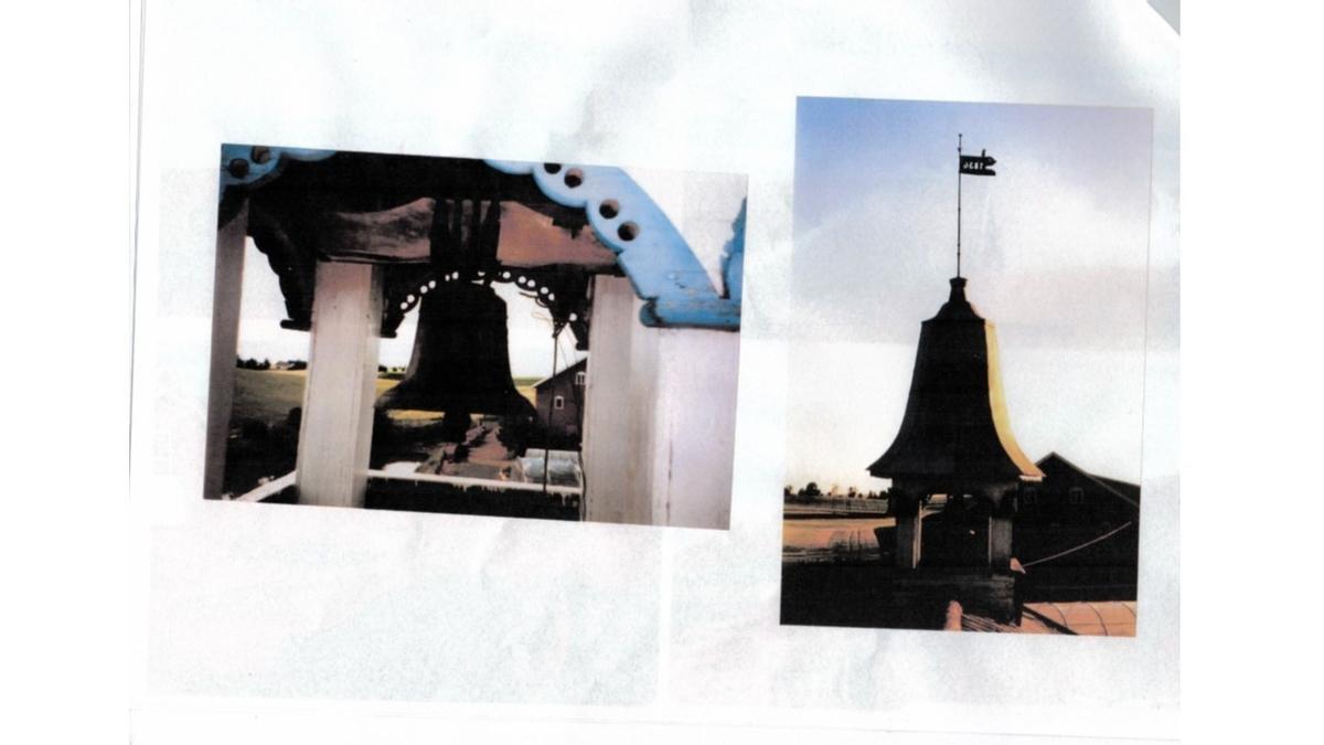 Klokketårnet på Dahl østre har hjelmtak og står på låven. Årstallet 1836 er skrevet på værhanen. Klokketårnet og låven ble restaurert i 1890 av en snekker fra Lillehammer. I dag er tårnet i middels til dårlig stand.  Klokken har trolig inskripsjonene «Hans O. Dahl» og et ukjent årstall.