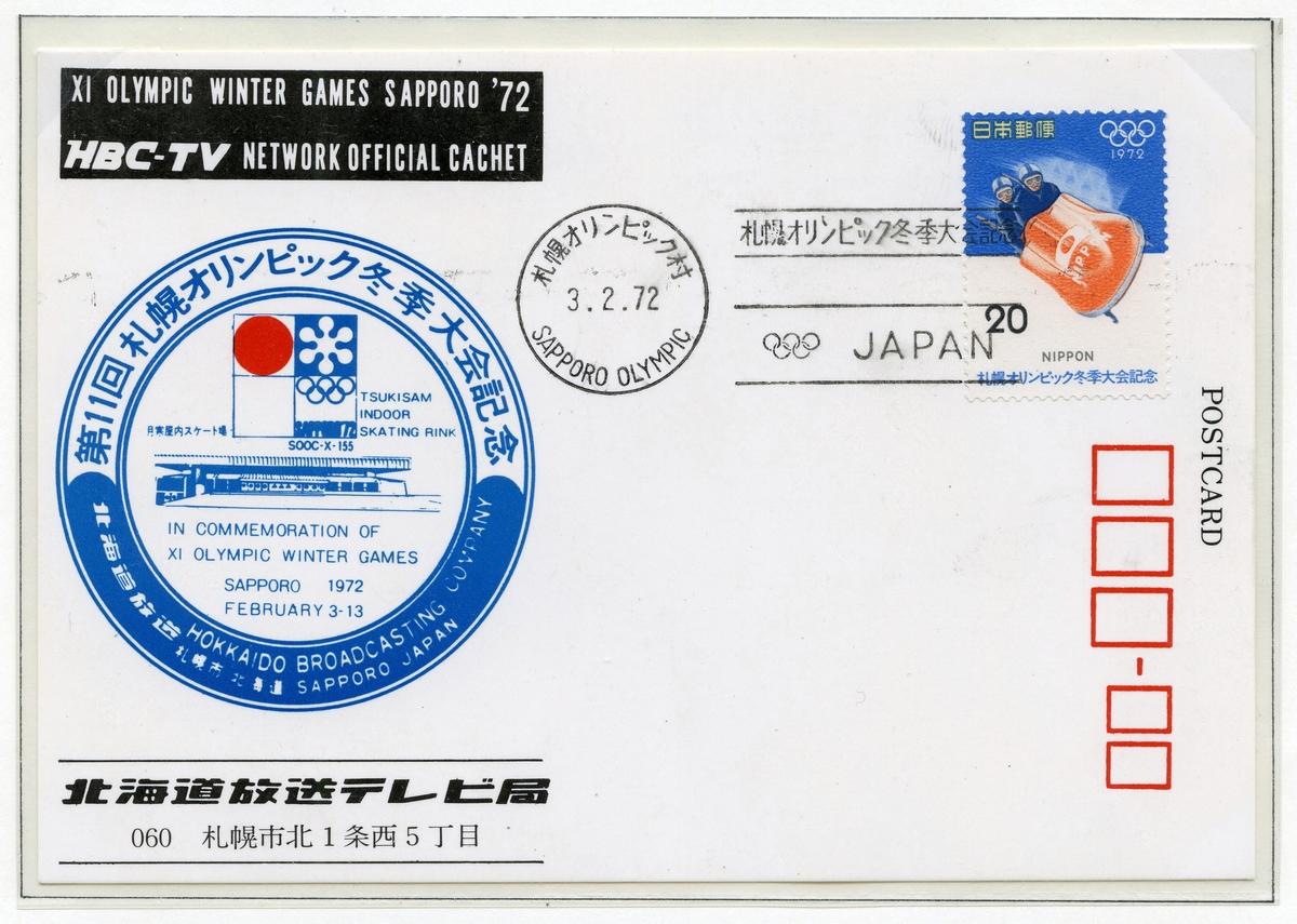 To konvolutter montert på A4-side med frimerke fra vinter-OL i Sapporo 1972. Frimerket på den første konvolutten har bilde av en toer-bob. Til venstre på konvolutten er det trykket en sirkel med emblemet for Sapporo '72 i midten sammen med tegning av Tsukisam skøytehall.   Den andre konvolutten har frimerke med bilde av en alpinutøver, og er stemplet 47.2.13 (som kanskje er en trykkfeil? Det riktige skal kanskje være 74.2.13 - to-års dag etter lekene, evntuelt 72.2.13 - avslutningsdag).  Til venstre på konvolutten er det trykket en sirkel med embelemet for Sapporo '72 i midten sammen med tegning av Makomani skøytehall.